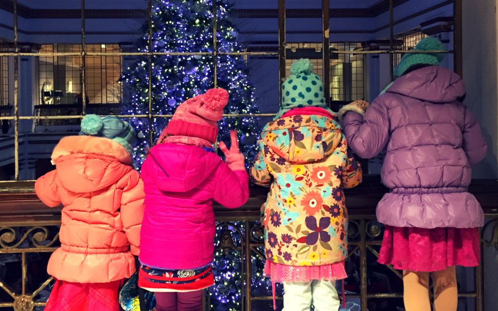 kids looking at christmas tree at macy's