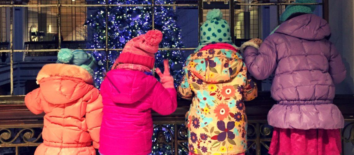 kids looking at christmas tree at macy's